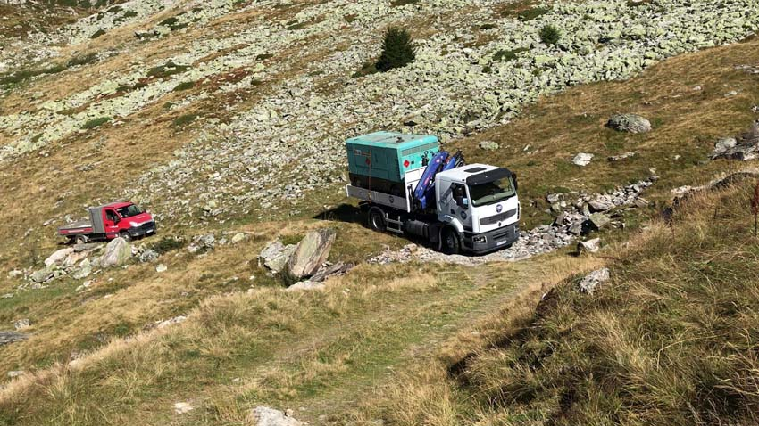 Route montagneuse vers le site accueillant les travaux de la station sismologique OGCY à Champagny-en-Vanoise (Savoie)