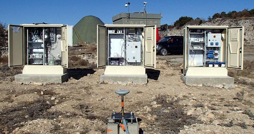 Banc de test des prototypes d'armoires de supervision pour le réseau sismologique large bande de Résif - Laboratoire Souterrain à Bas Bruit RUSF à Rustrel (Vaucluse)
