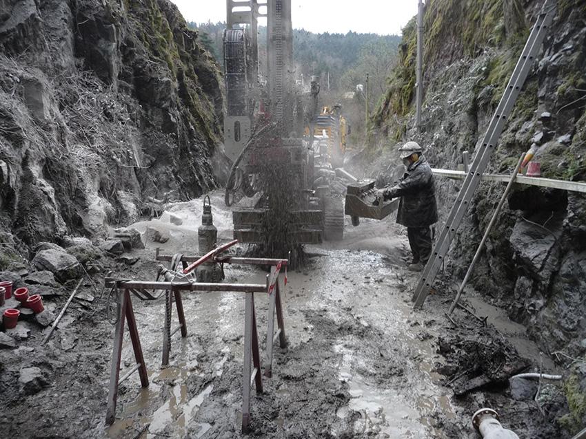 Forage sismologique sur le site test du projet de Construction large bande Résif à Saint-Sauveur-En-Rue (Loire) à l'extérieur du tunnel