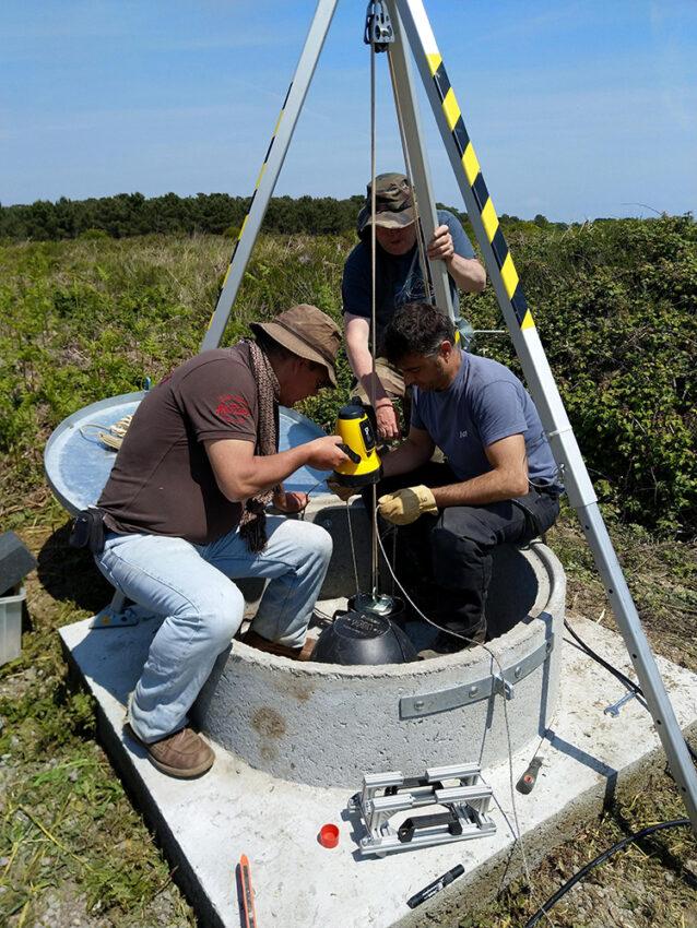 Installation du capteur dans le puits de la station sismologique BIMF dans le cadre du projet de Construction large bande du Réseau sismologique et géodésique français Résif à Bangor (Morbihan) © Damien Fligiel, Osuna