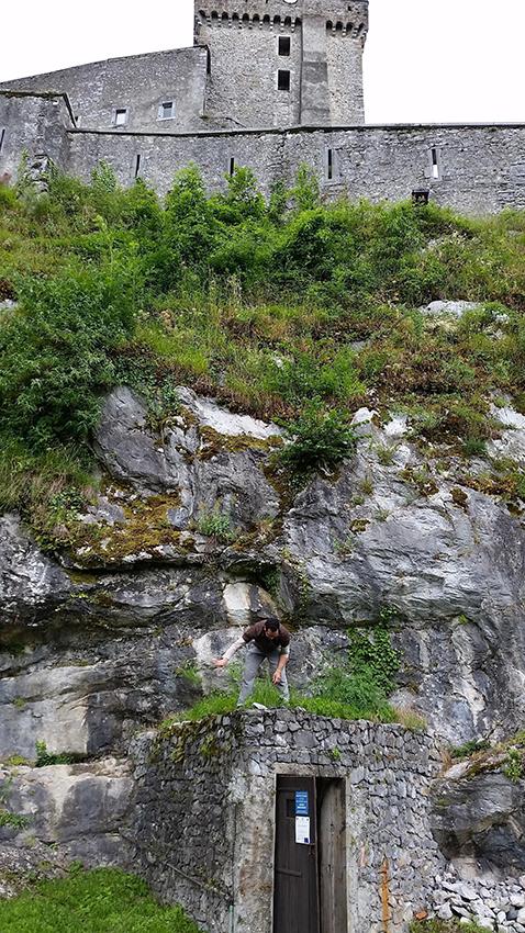 Entrée de la station sismologique PYLO de Résif-RLBP à Lourdes (Hautes-Pyrénées)